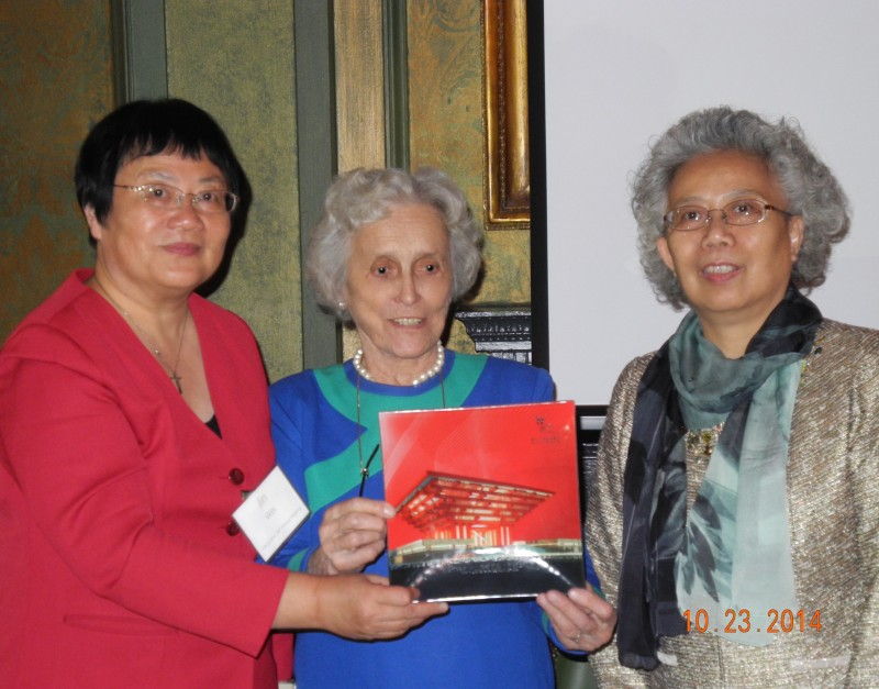 Jin Wei (left) and Yang Mingming present  WSC Chair Connie Tate with a beautiful red enameled Chinese plate during the 94th annual meeting Oct. 23